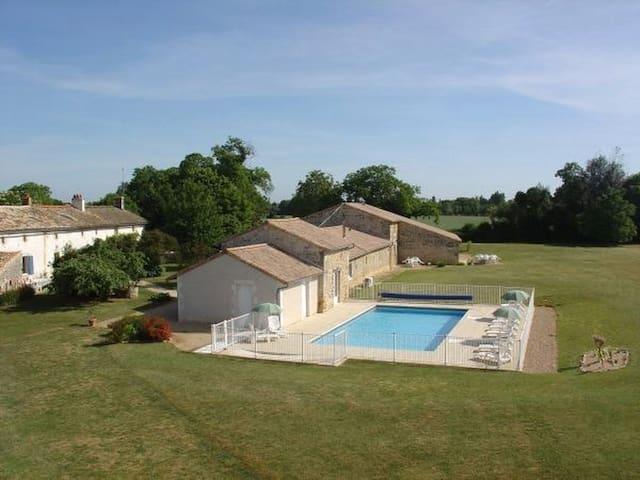 Gite, piscine chauffée, jacuzzi - Saint-Vincent-la-Châtre - Maison