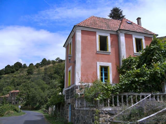Maison rose in de Auvergne - Pébrac - Huis