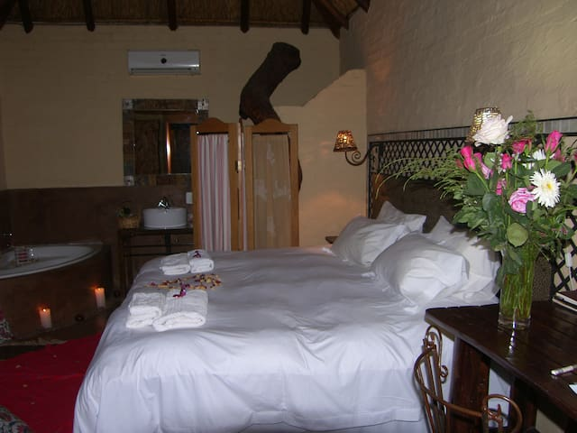 O.R. Tambo Country in  the city King Forest Room - Benoni - Bed & Breakfast