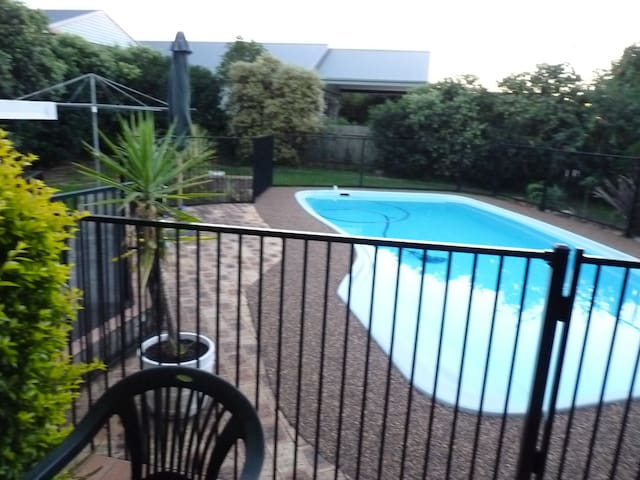 One Spare Rooms in a quiet street 1 - Adamstown Heights - House