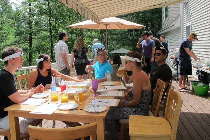 Large house w/hottub, bar, patio, theater, game rm - Somersworth - Hus