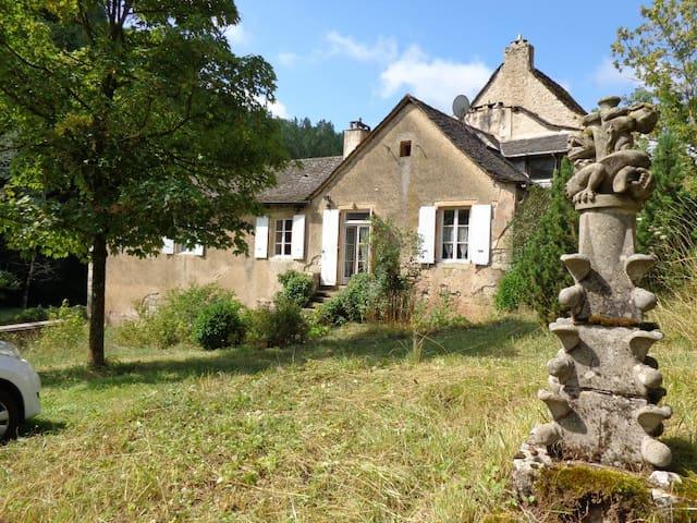 Gîte Marcillac, la vallée du Cruou - Mouret - Huis