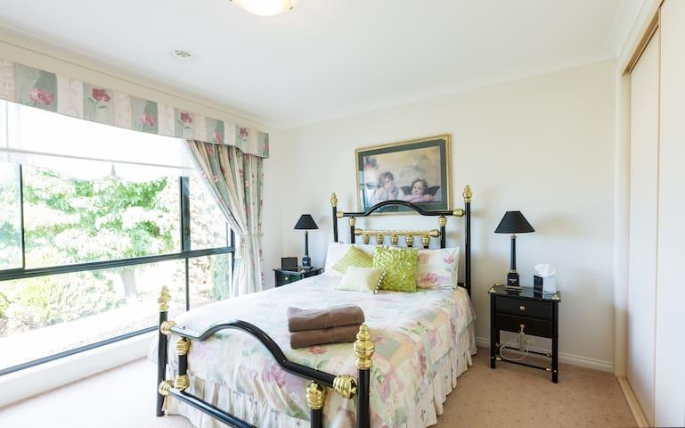 Room-Breakfast-Pool-Great Views-Wifi - Lavington - Huis
