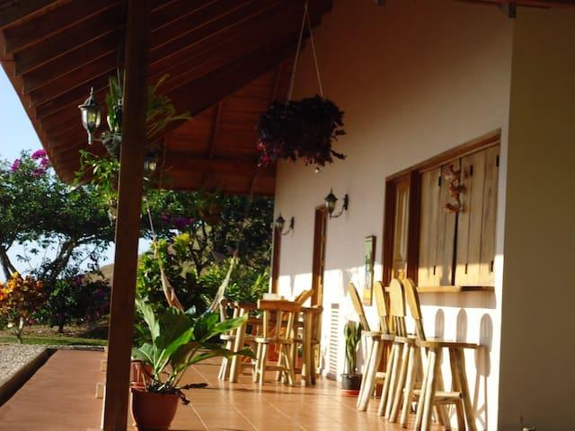 GUANACASTE MOUNTAINTOP COFEE FARM - LOS ANGELES DE NANDAYURE - Houten huisje
