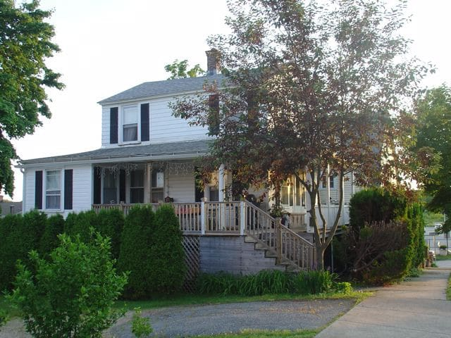Cozy Beach Cottage with large porch - New London - Dom