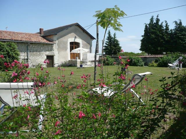 Gîte alliant authenticité et calme - Vaudelnay - Casa