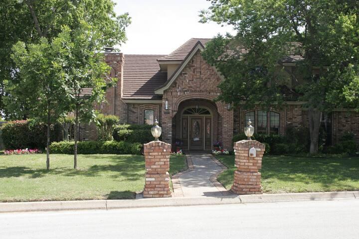 Centrally located in DFW area! (D1) - Hurst - Casa