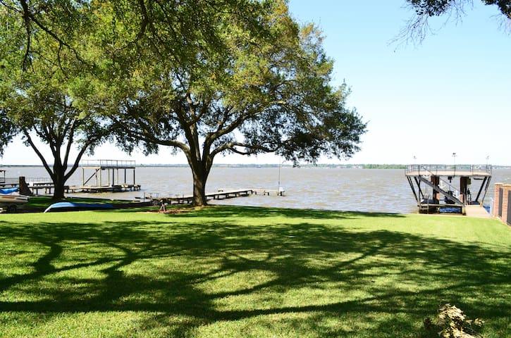 Large Lake front home - Huffman