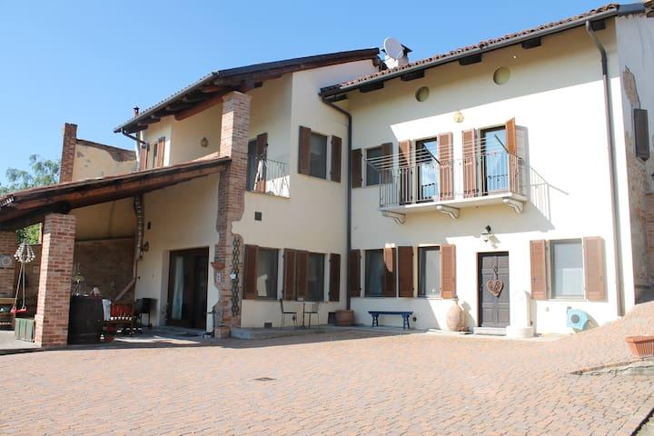 Idyllic farmhouse in wine country. -  Robella, Piedmont - Casa