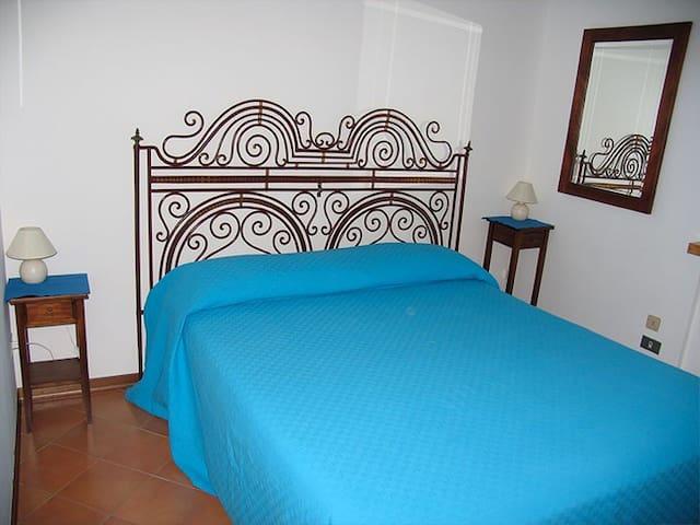 La Casa dei boschi - Light Blu room - Borgo Maggiore - Bed & Breakfast