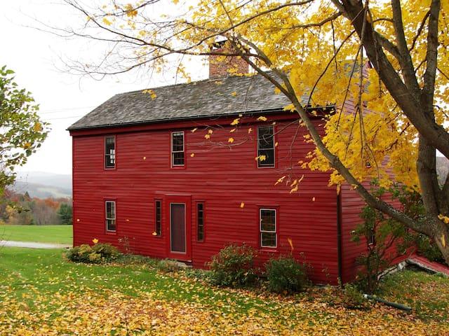 1760 Farm House with Fabulous Berkshire Views - New Lebanon - Bed & Breakfast