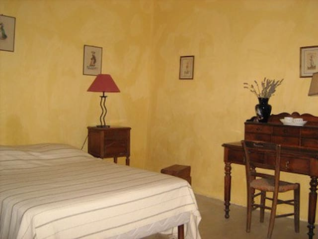 """La  chambre  """"jonquilles"""" 2 pers - foissy  (cote d'or) 21230 - Bed & Breakfast"""