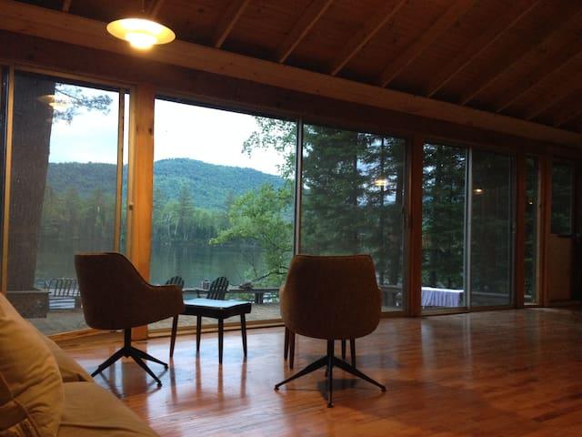 Waterfront camp on pristine lake - Lancaster - Casa