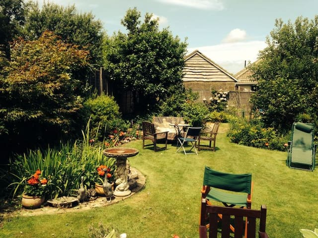 Double bedroom with garden view - Shanklin - Banglo