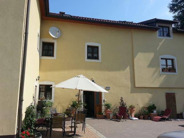 Kleinwohnung im alten Herrensitz - Greisingberg - Kastil