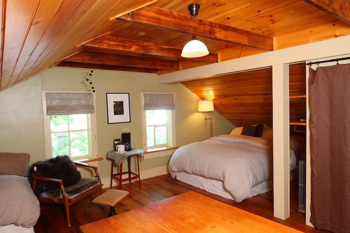 Private room, bath, parking + yard - Providence - Haus