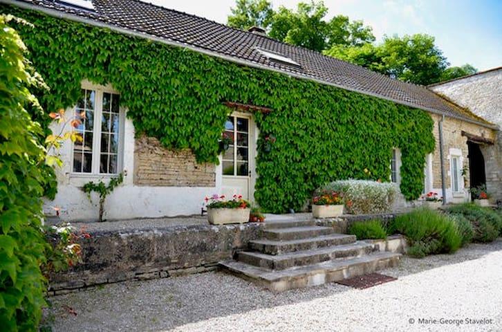 Coach House at Le Petit Village - Fulvy - Ház