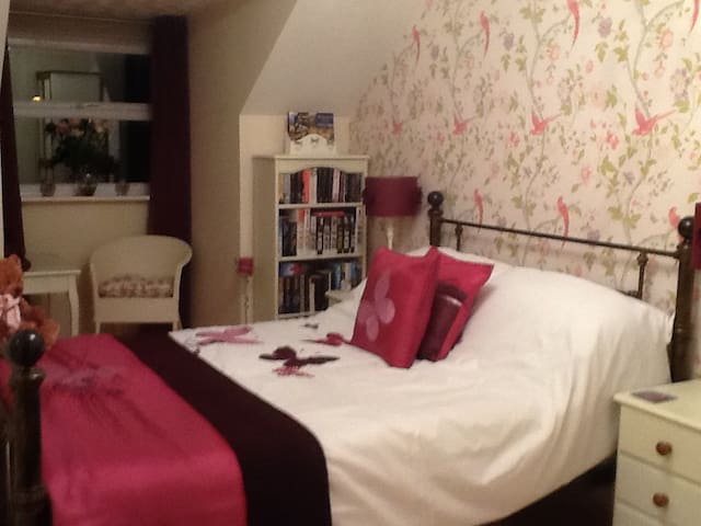 Double bedroom with private b/room - Kettering - Ev