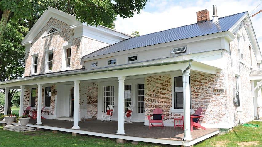 Newly Restored 1800's Farmhouse - Pawlet - Huis
