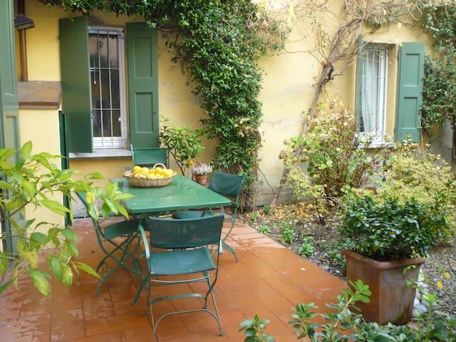 Stanza e giardino a Bologna centro  - Bologna - Leilighet