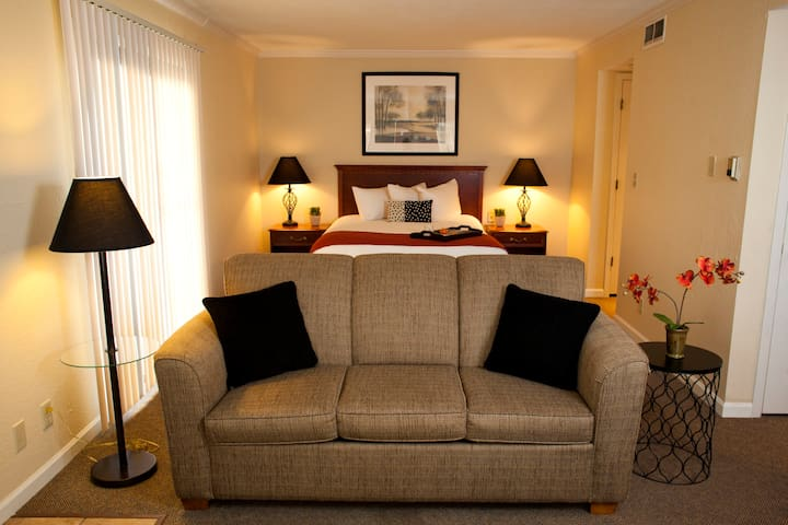Studio Suite with Private Entrance - Leawood - Boetiekhotel