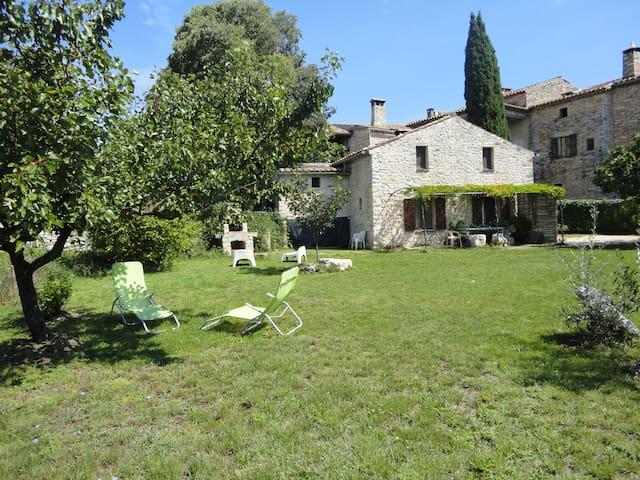 le mas du figuier et son grand jardin indépendant - ORGNAC L'AVEN - Huis