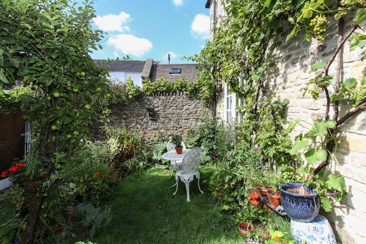 Bright Two Story Garden Cottage - Bruton