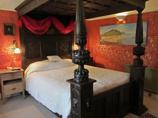 The Red Room at the Arty BnB by the Sea - Lyme Regis - Bed & Breakfast