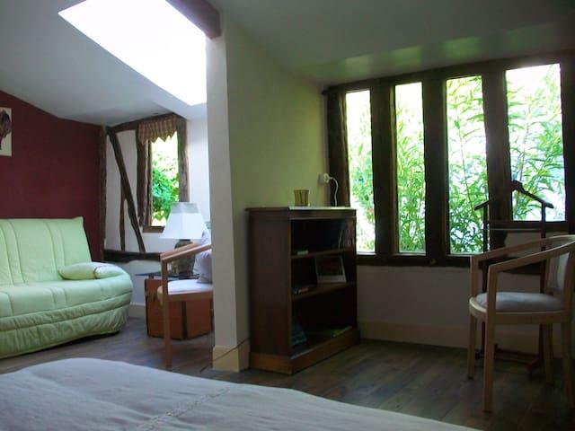 Independant room in a secret garden - Vernon - Bed & Breakfast