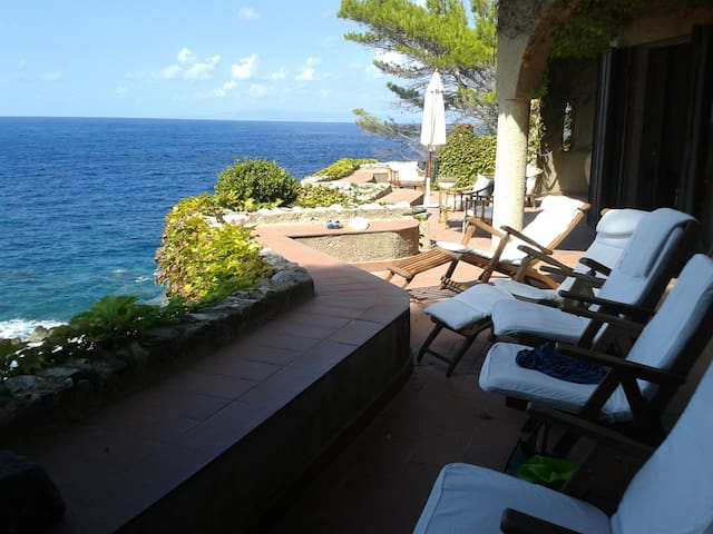 THE SEA HOUSE ON THE ROCKS - Scilla - Villa