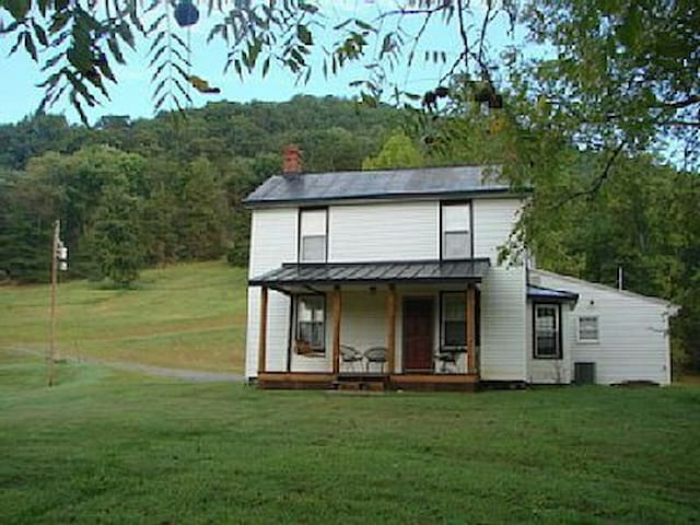 Secluded 1800's Remodeled Farmhouse - Madison - Hus