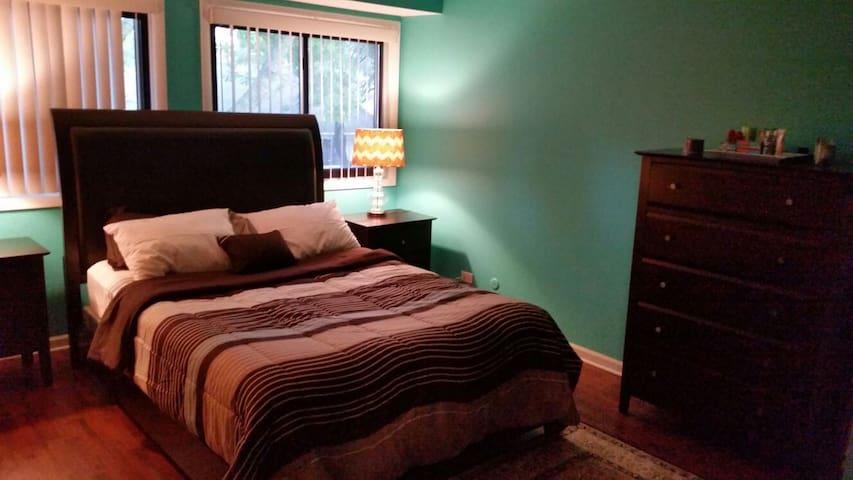 Spacious Comfortable Bedroom  - Palatine - Dom