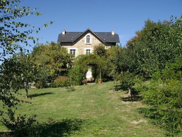 Spacious house with beautiful view - Saint-Cirgues - Casa