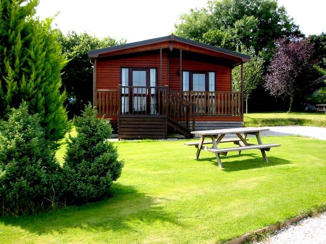 Beautiful 3 bedroom Lodge, sleeps 6, country views - Otterham - Casa