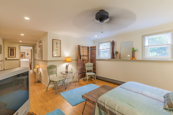 bedroom/living area w/sep. entrance - 普利茅斯 - 獨棟