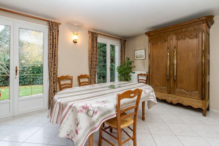 Big bedroom in a family house - Saint-Rémy-lès-Chevreuse - Bed & Breakfast