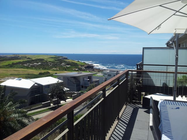 Room with Beautiful Coastal View - Little Bay - Leilighet