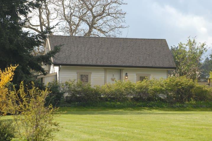 Charming Cape Cod Style Cottage #2 - Coupeville - Chalet