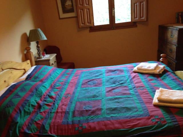 Kingsized bedroom, Riverside Finca retreat /Wi-Fi - Villalonga
