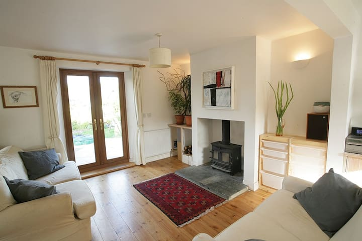3 Bed house central Totnes, sleeps 6, drive, garde - Totnes - Hus