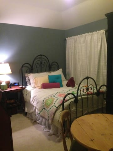 queen bedroom with private bath - Bedford - Casa