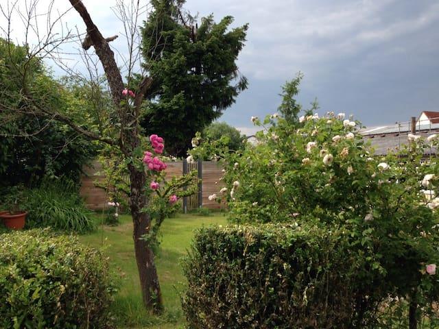 Ferienwohnung in idyllischem Garten - Keltern-Ellmendingen - Lägenhet