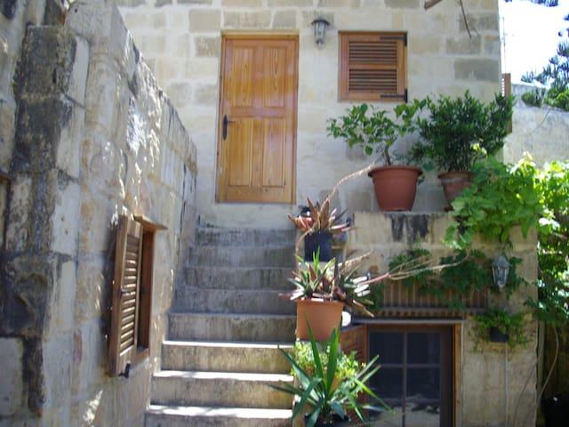 Historic central village farmhouse  - Ħal Għargħur