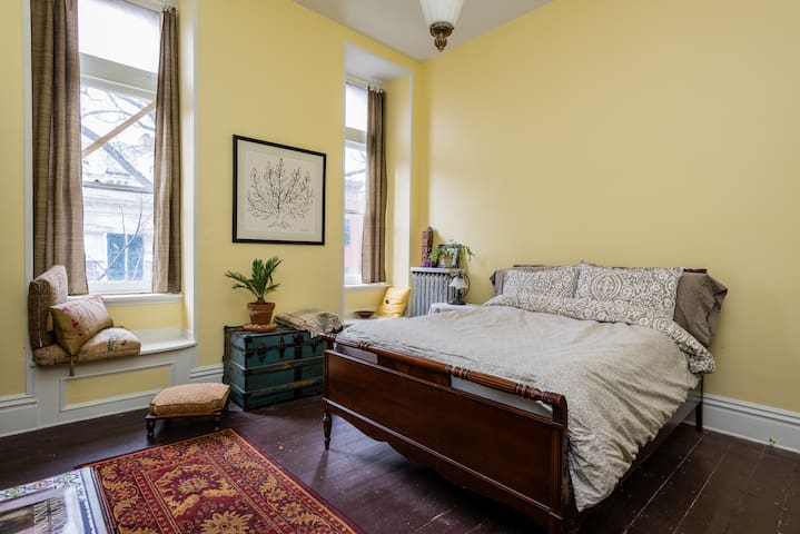 Downtown Victorian rowhouse - private room 2 - Troy - Bed & Breakfast