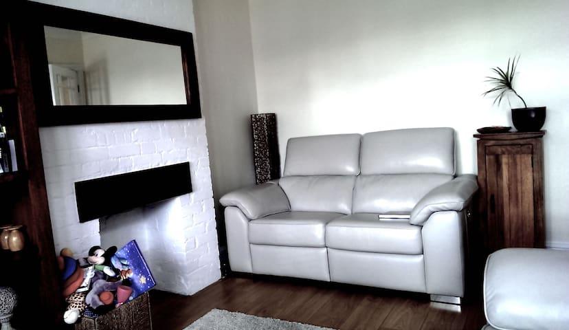 Comfy 3-bed house - Hersham - Casa