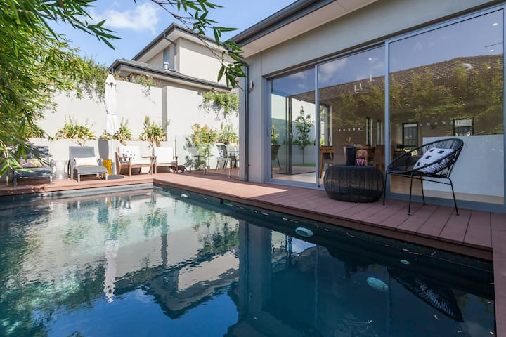 A modern luxury house, with a pool. - Mont Albert North - Huis