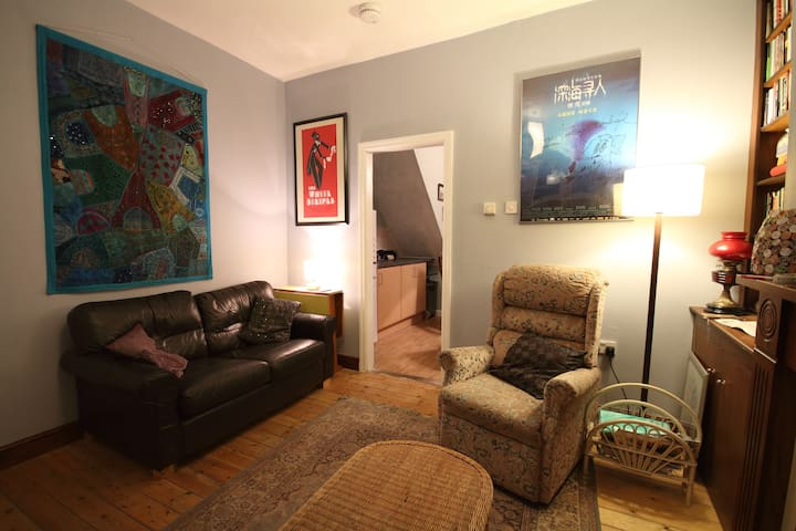 Well Located Simple Double Room - Salford - Casa