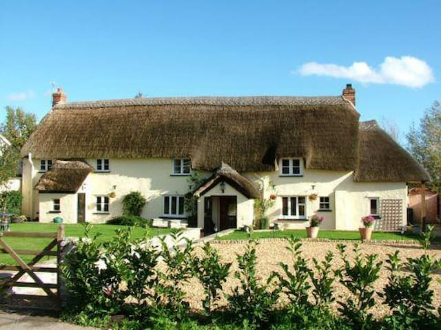 Beautiful Thatched Somerset Long House, Family B&B - Creech Heathfield - Bed & Breakfast