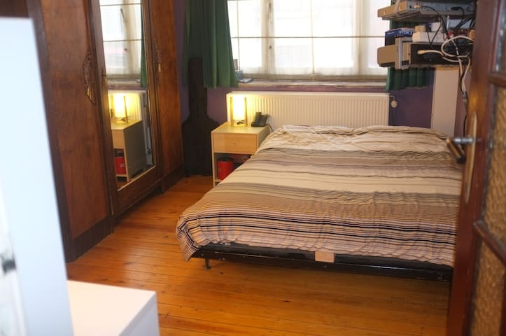 Double-bed room close to citycenter - Saint-Gilles - Wohnung