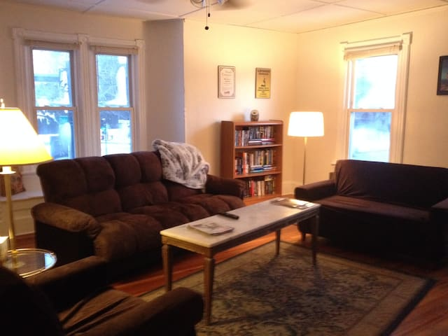 Heart of Berkshires, Dogs Welcome   *Smartprice on - Pittsfield - Apartamento
